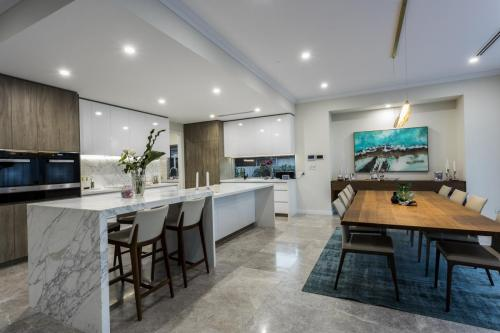 0L7A0353Amazing Kitchen dining area